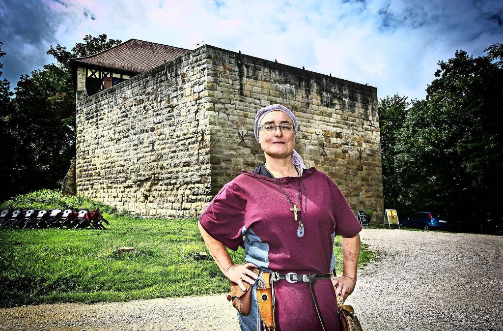 Die Burgherrin Silke Allmendinger bevorzugt zum Arbeiten auf dem Wäscherschloss das schlichte Gewand einer Magd. Foto: Ines Rudel