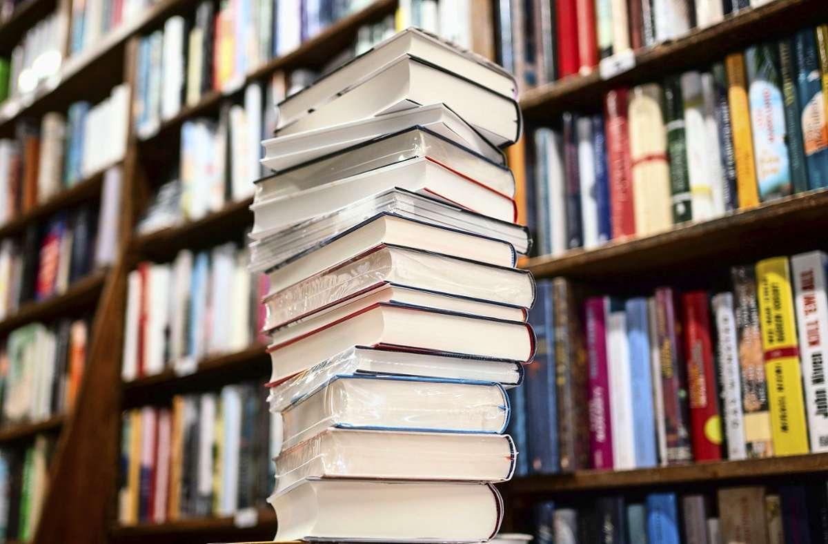 Der Buchhandel soll  in der Corona-Verordnung aus der Liste der Grundversorger gestrichen werden. (Symbolfoto) Foto: dpa/Frank Rumpenhorst