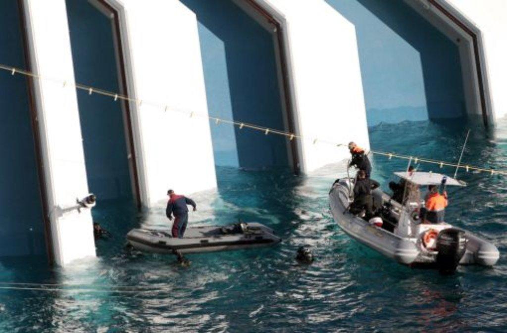 Marinetaucher auf dem Weg zur Costa Concordia Foto: AP