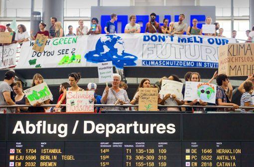 Klimaaktivisten demonstrieren am Stuttgarter Flughafen