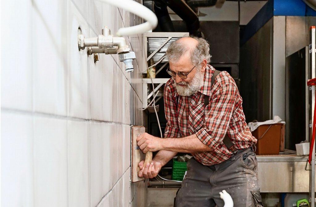 Matthias Völlm hilft beim Umbau der Oelmühle, wo er kann: Zurzeit verlegt er Fliesen. Derweil verkauft seine Frau die restliche Naturkost. Foto: factum