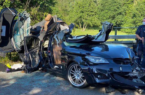 Auto prallt in Lastwagen – zwei junge Männer tot