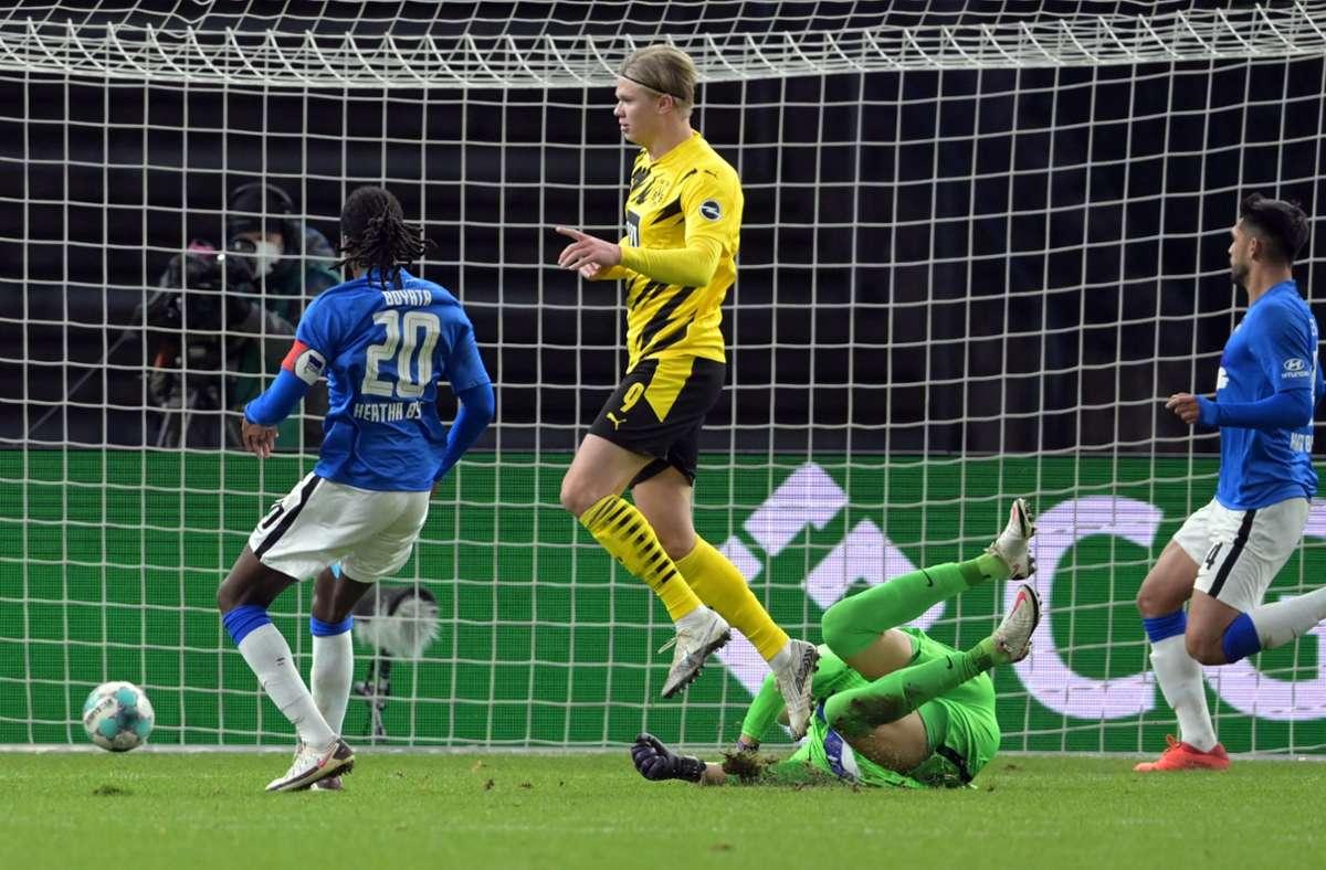 BVB-Star Erling Haaland (Mitte) trifft beim 5:2 in Berlin nach Belieben. Foto: dpa/Soeren Stache
