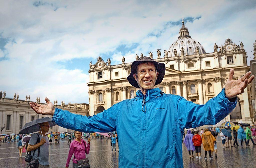 Am Ziel: Andreas Bührer am 19. August 2015 auf dem Petersplatz in Rom. Der Regen, der bei der Ankunft auf ihn einprasselt, erweist sich als Segen –  im Nachhinein. Foto: Michael Jooss