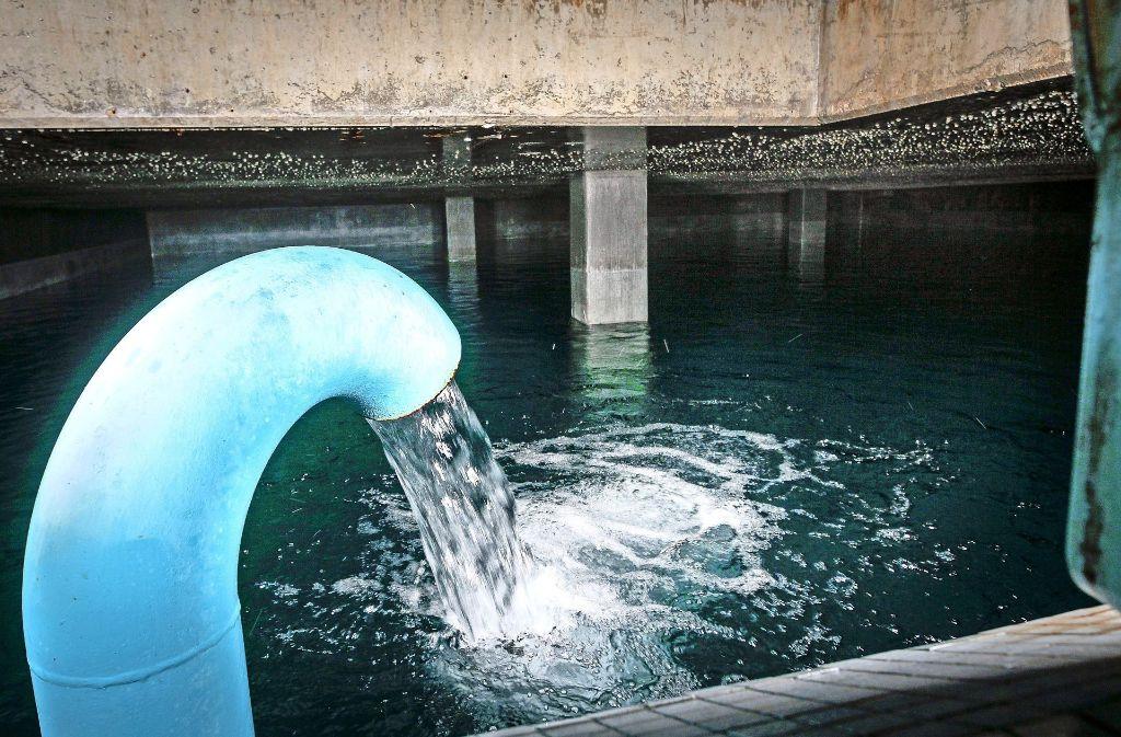 Das Wasser rauscht durch Rohre in zwei Vorratsbecken. Von dort aus befördert die Schwerkraft es bis in die Häuser. Foto: factum/Bach