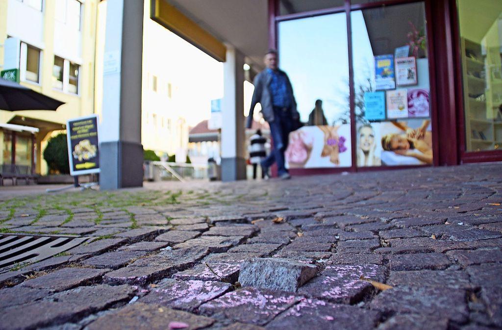 An 86 Stellen rund um den Vaihinger Markt hat die Arbeitsgruppe Barrierefreies Vaihingen Unebenheiten markiert. Foto: Leonie Schüler