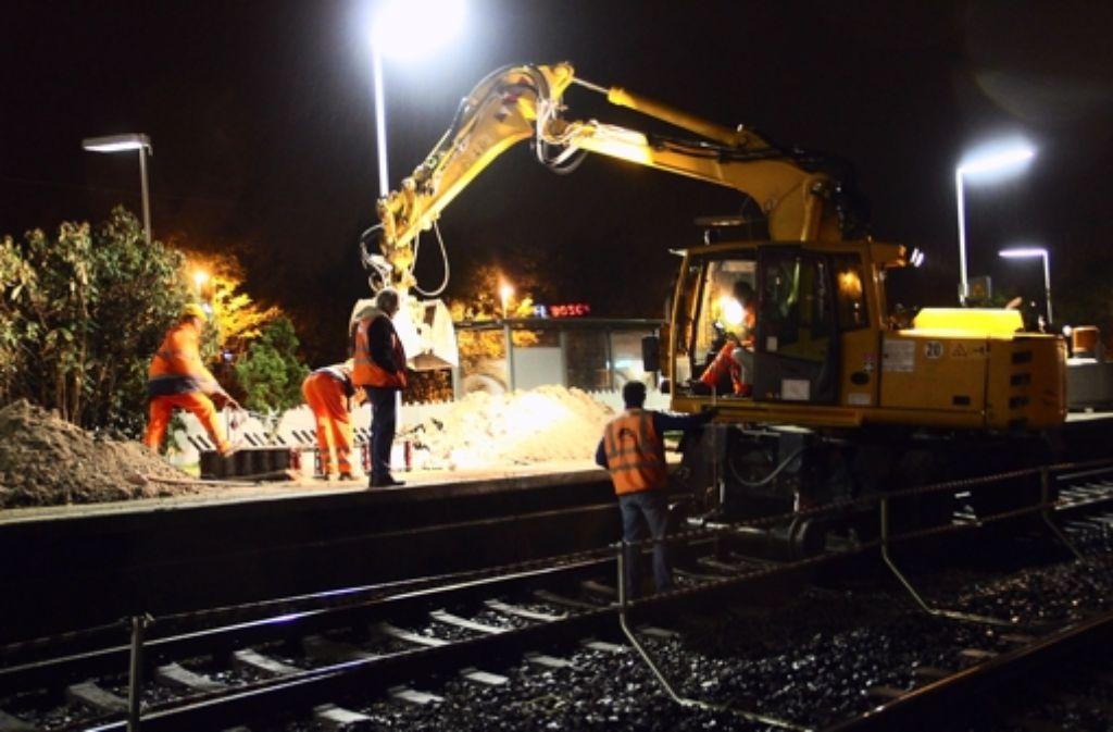 Auch nachts wird am  Feuerbacher Bahnhof Foto: Torsten Ströbele