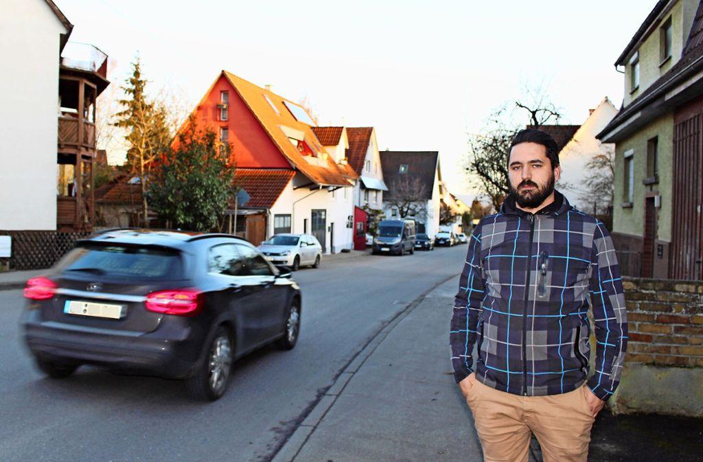 Patrick Brosch  an der Grötzinger Straße in Harthausen: Die Autos auf der anderen Straßenseite dürfen dort bald nicht mehr parken. Foto: Caroline Holowiecki