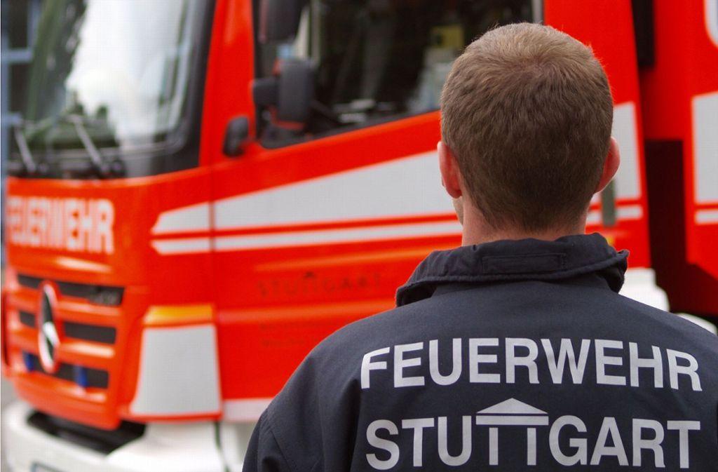 Ein Feuerwehrmann der Wache 5 steht vor einem Fahrzeug in der Degerlocher Tränke. Foto: Rüdiger Ott