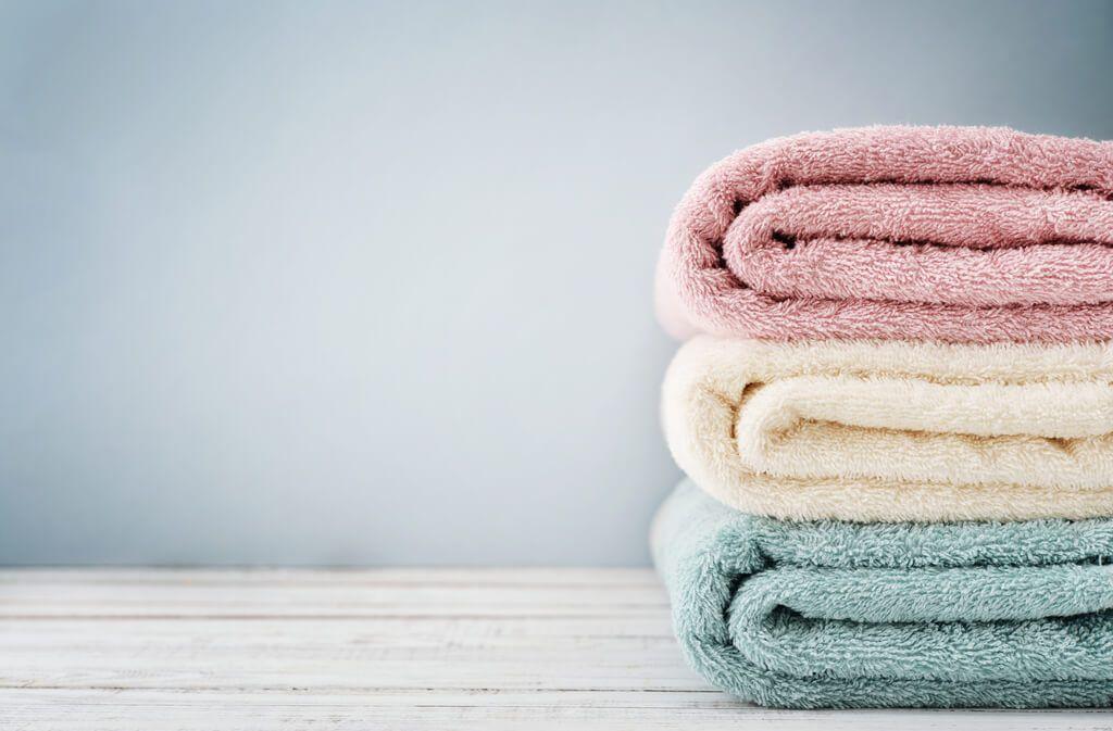 Erfahren Sie, wie Sie Ihre Handtücher richtig waschen. So werden auch harte Handtücher wieder flauschig. Alle Tipps & Tricks Foto: Mama_mia / Shutterstock.com