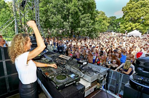 Tausende tanzen friedlich zu Techno-Beats