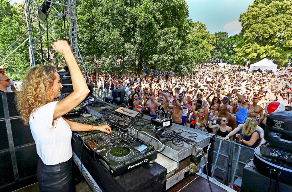 Die DJane Monika Kruse brachte die Techno-Fans zum Tanzen. Foto: factum/Granville
