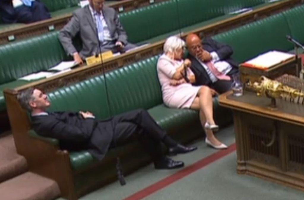 Der Vorsitzende des Unterhauses, Jacob Rees-Mogg, lehnt sich während der Notstandsdebatte über ein neues Gesetz, dass einen No-Deal-Brexit  verhindern soll, gelangweilt in seiner Parlamentsbank zurück. Foto: dpa/House Of Commons/PA Wire