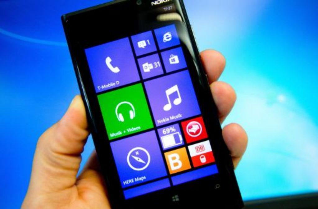 Nicht nur teure Endgeräte wie das Nokia Lumia soll das Portfolio von Microsoft künftig ausmachen. Der Konzern will eine Vielzahl günstiger Geräte auf den Markt bringen. Foto: dpa