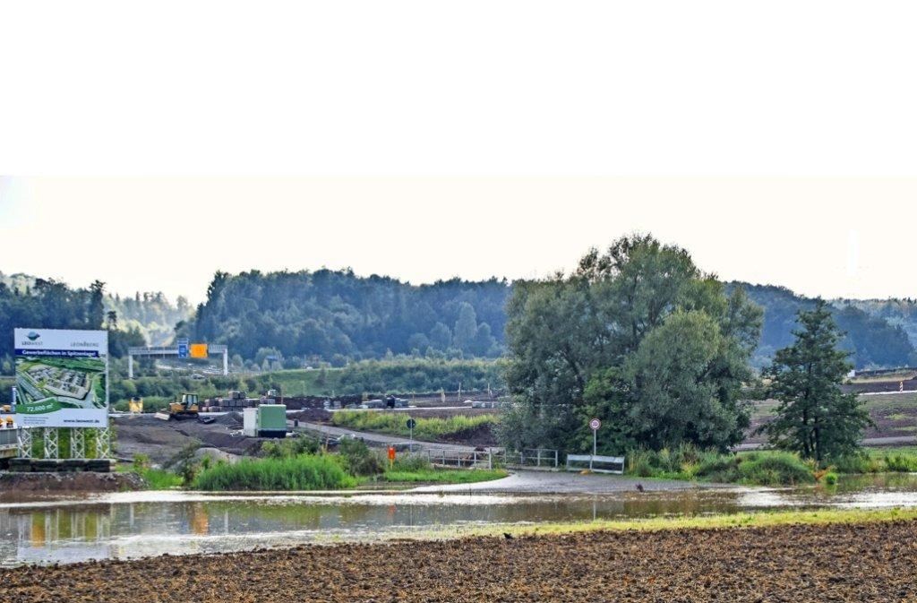 Land unter auch am Längenbühl: Dort, wo das Gewerbegebiet Leo-West erschlossen wird, sammelt sich das Regenwasser. Der Wasserbach ist hier über die Ufer getreten. Foto: SDMG