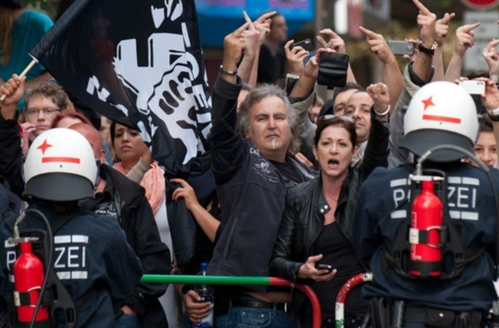 Deutlich, aber friedlich zeigen Gegendemonstranten beim Göppinger Naziaufmarsch im Jahr 2012 Flagge. Foto: dpa