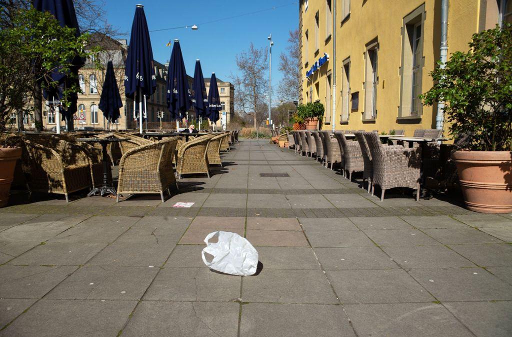 Seit Wochen ein trauriges Bild: Auch vor dem Grand Café Planie am Karlsplatz müssen die Stühle leer bleiben. Foto: Lg/Leif Piechowski