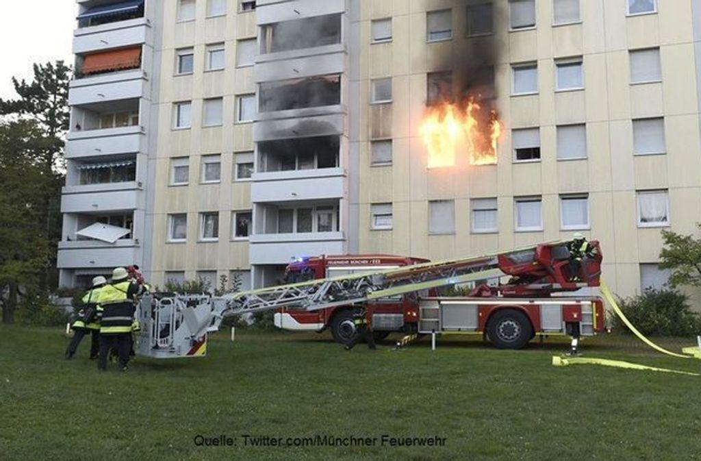 Die Feuerwehr im Einsatz in einem Münchner Mehrfamilienhaus. Foto: twitter.com/Münchner Feuerwehr.