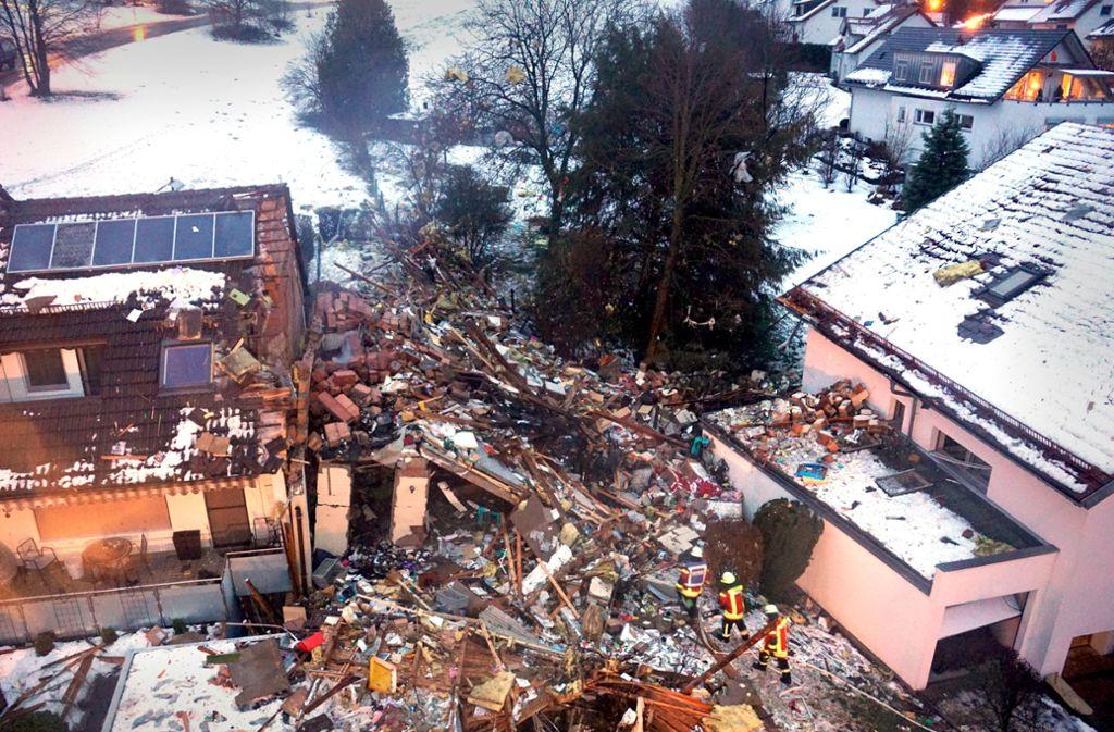 Von dem Reiheneckhaus ist nach der Explosion im Januar nur ein Schutthaufen übrig. Das Reihenhaus links  daneben ist ebenfalls so schwer beschädigt, dass es später abgerissen wird. Foto: SDMG/Woelfl