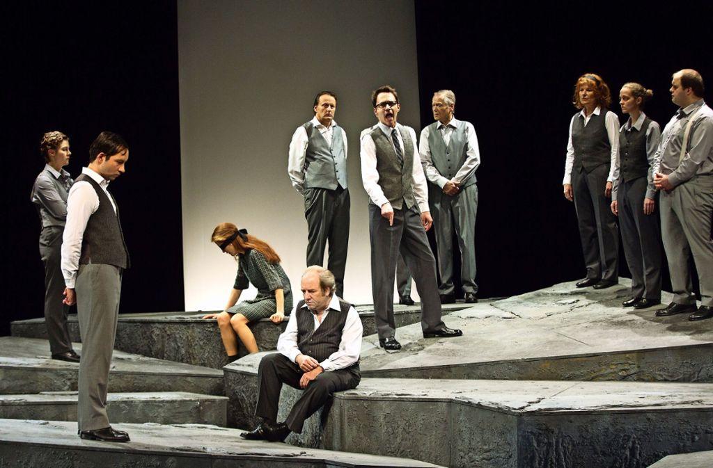 Das Bühnenbild verzichtet ganz bewusst auf einen Gerichtssaal. Foto: Ines Rudel