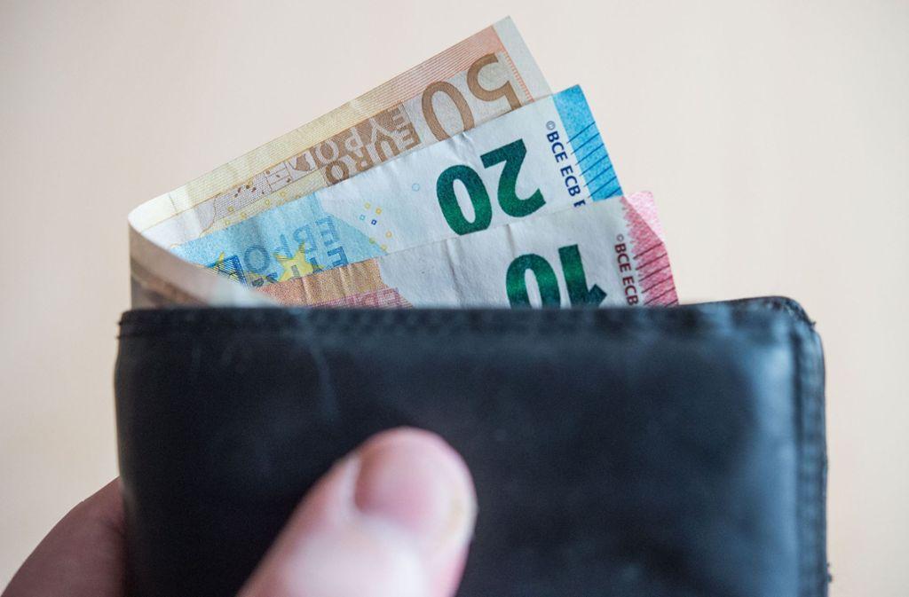 Durch die Anhebung soll sich eine monatliche Rente von 1000 Euro, die nur auf West-Beiträgen beruht, um 34,50 Euro erhöhen. (Symbolfoto) Foto: dpa/Lino Mirgeler