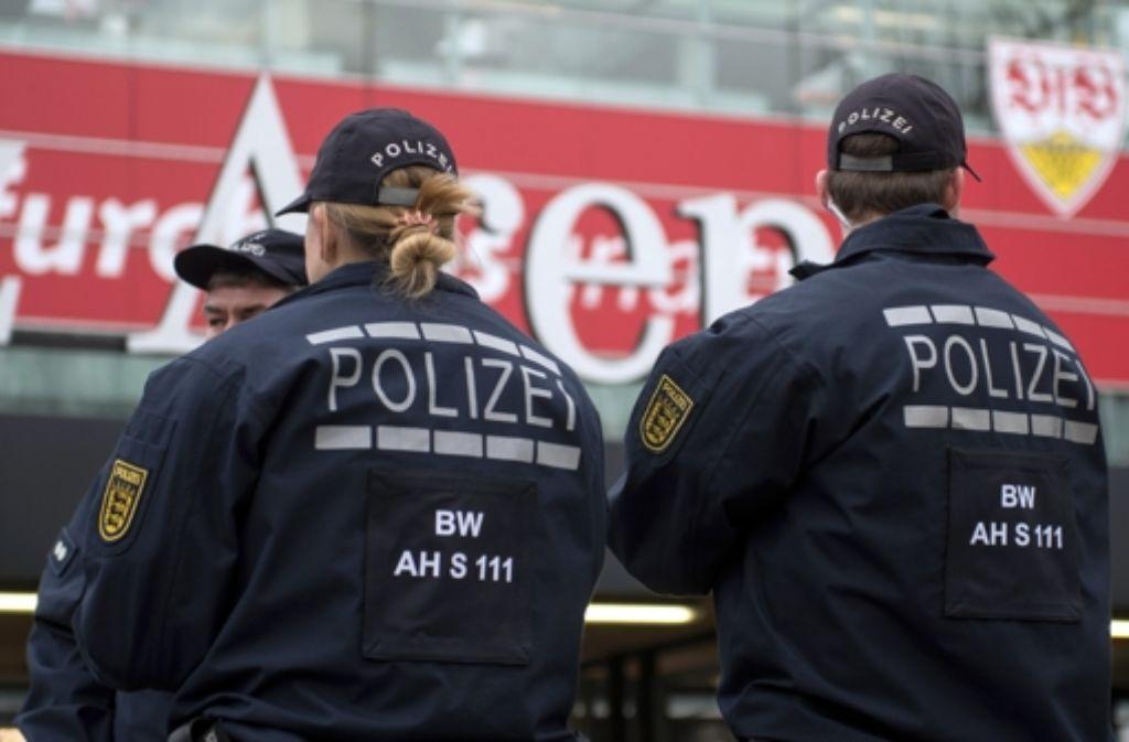Die verstärkten Sicherheitskontrollen sorgten für eine Verzögerung des Spielbeginns um 15 Minuten. Foto: dpa