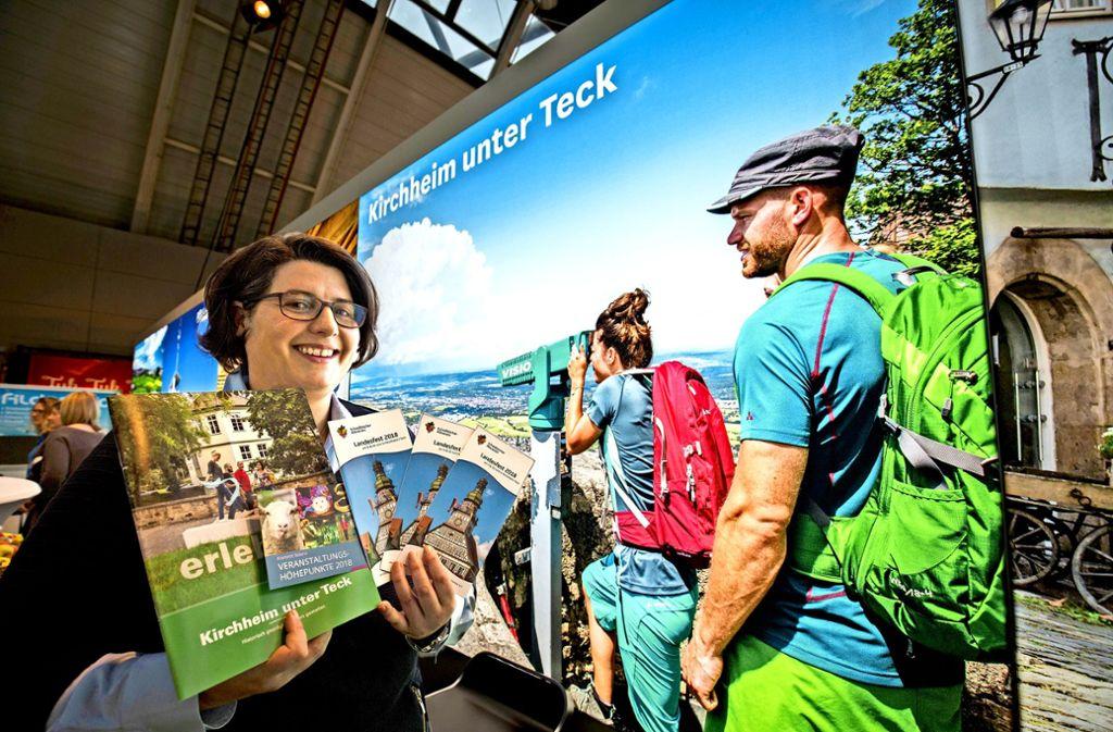 Für den Weitblick wirbt auch Heike Büttner von der Stadtmarketing Kirchheim. Hinter ihr  dient zudem der Blick von der Teck  als Blickfang. Foto: Michael Steinert