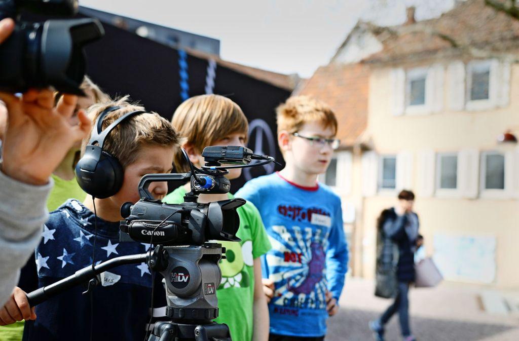 """Schon im Kindesalter arbeiten die Teilnehmer wie Profis. """"Wir trauen den Kindern viel zu, das zahlt sich aus"""", sagt Akademiechef Barth. Foto: Kinderfilmakademie Sim TV"""