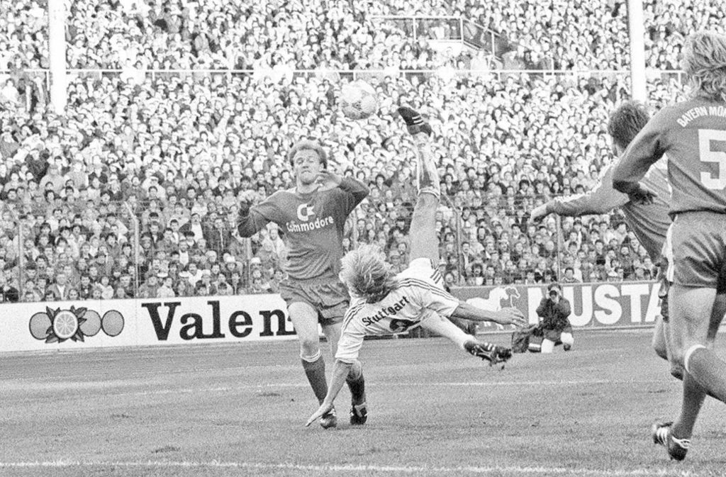 Ein Tor für die Geschichtsbücher. Jürgen Klinsmann hebt ab und trifft artistisch in München – der Treffer wurde später zum Tor des Jahres in Deutschland gewählt. Foto: imago images
