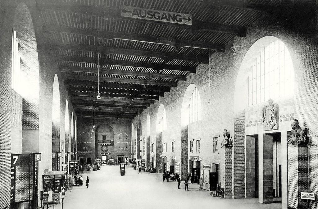 Die große Halle des Stuttgarter Hauptbahnhofs: Die Aufnahme ist vermutlich  Ende  1920er Jahre gemacht worden. Foto: Stzn-Archiv