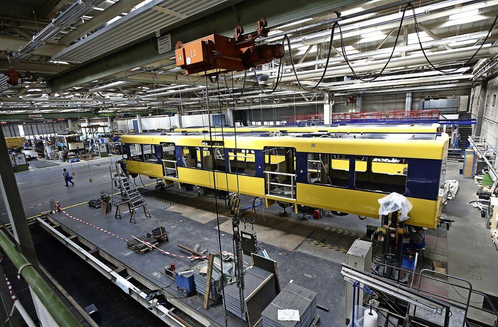 Hier wird nicht nur geputzt: Ein Stadtbahnwagen wird in der  SSB-Werkstätte repariert Foto: Achim Zweygarth