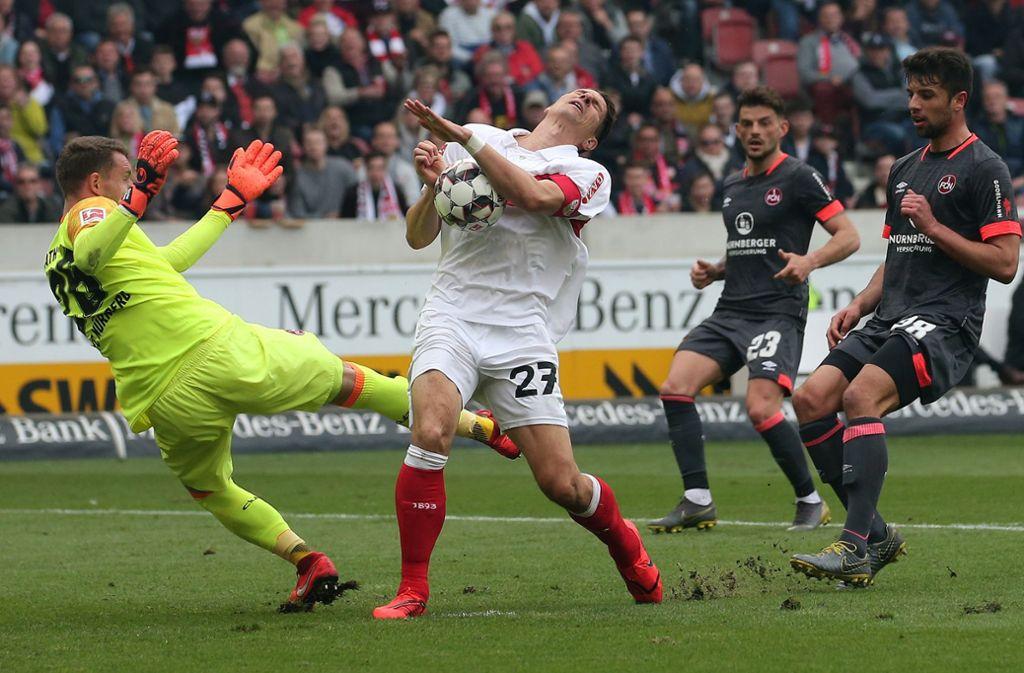 Ein Bild mit Symbolcharakter: Der VfB im Spiel gegen den 1. FC Nürnberg Foto: Baumann