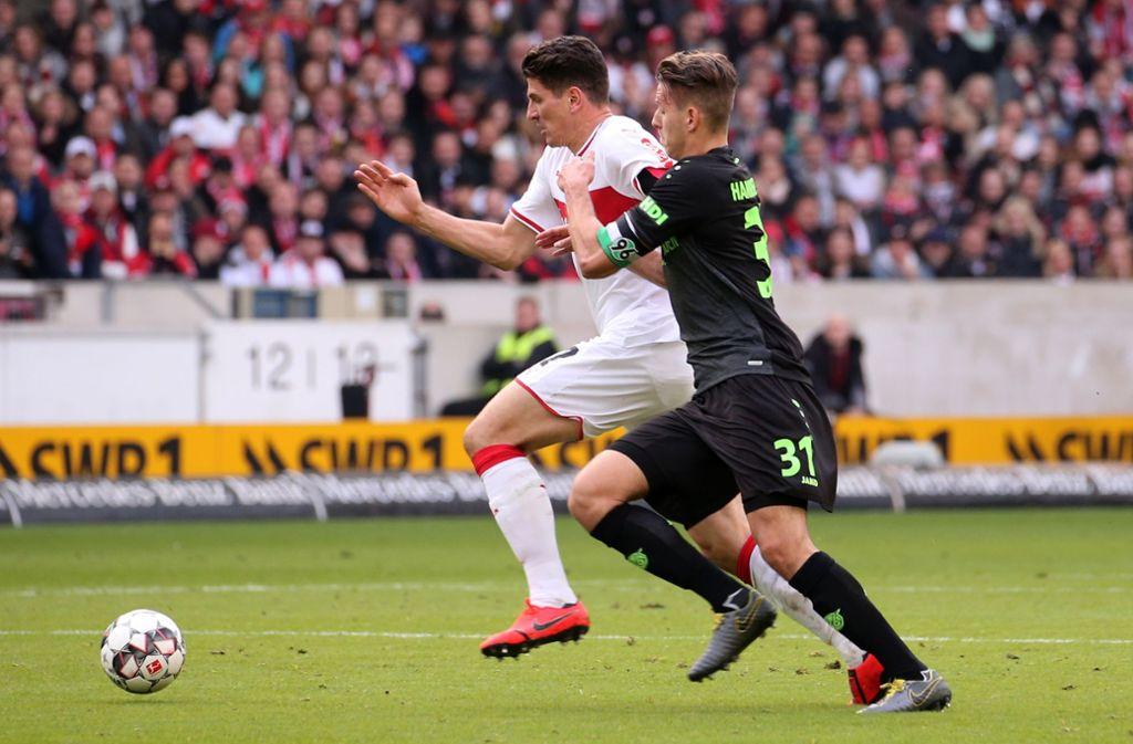 Mario Gomez gegen Waldemar Anton beim letzten Duell der Clubs im März. Beide Spieler werden auch an diesem Freitag auf dem Spielfeld stehen. Foto: Pressefoto Baumann