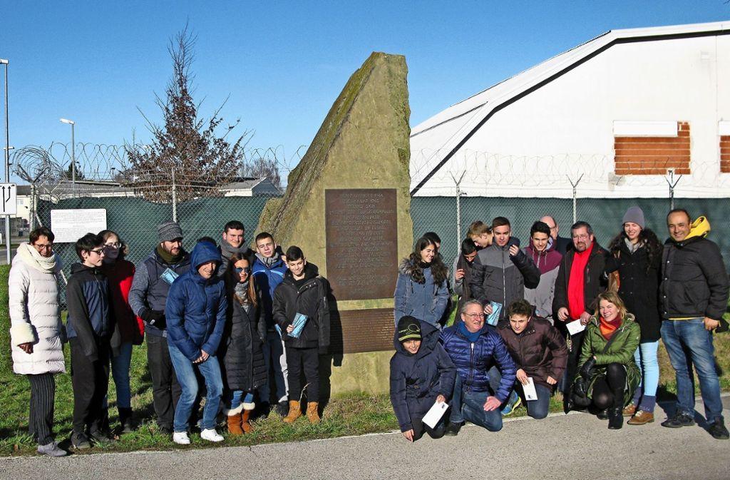 Die israelische Delegation steht am Gedenkstein für die Opfer im KZ-Außenlager Natzweiler. Foto: Götz Schultheiss