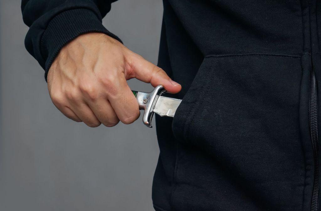 Einer der Täter zückte ein Messer. (Symbolbild) Foto: Shutterstock/diy13
