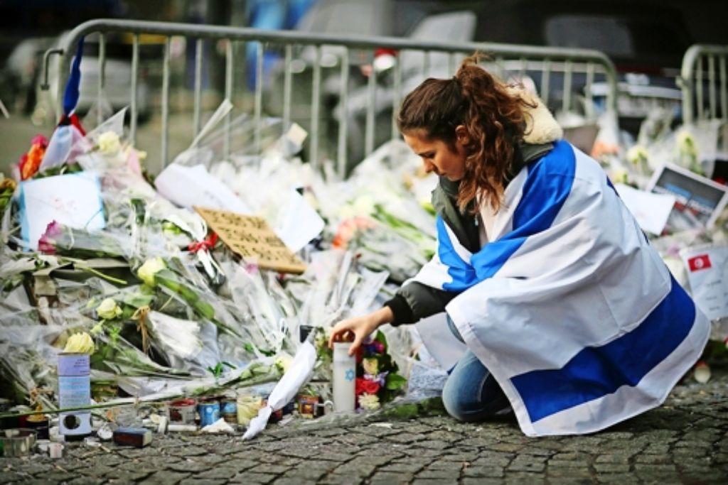 Vor dem gestürmten  Supermarkt in Paris wird speziell der ermordeten jüdischen Geiseln gedacht. Foto: dpa