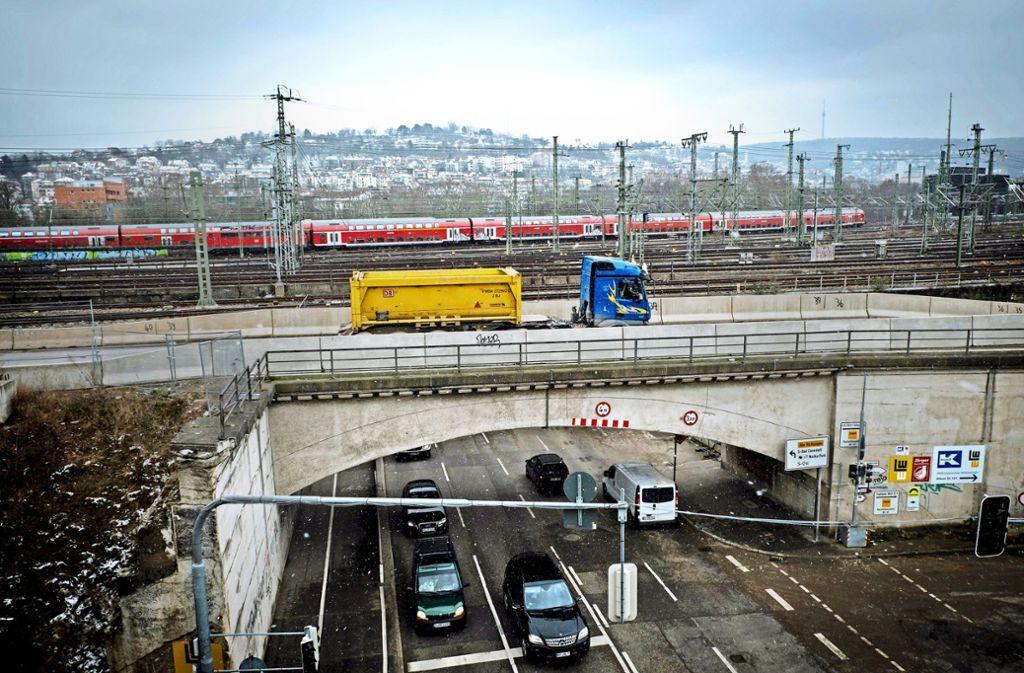Die Brücke kommt weg, die Baufahrzeuge müssen auf die öffentliche Straße. Foto: Lg/ Zweygarth
