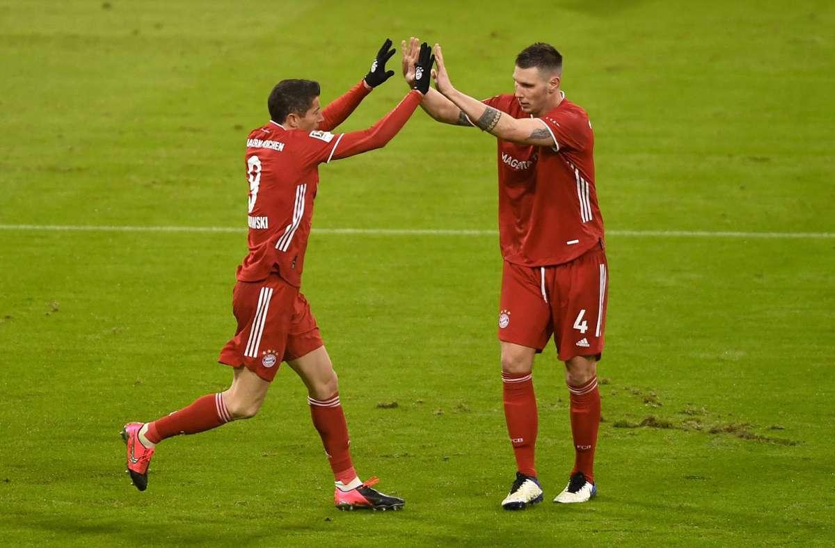 Niklas Süle (r.) und Torschütze Robert Lewandowski vom FC Bayern München jubeln über den Treffer zum 1:1. Foto: dpa/Lukas Barth-Tuttas