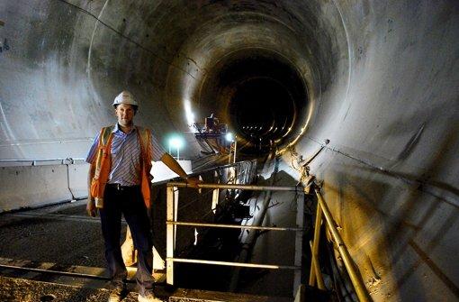 Der Ingenieur Bernhard Mitis zeigt den Tunnel, durch den im kommenden Jahr 500 Kubikmeter Wasser in der Sekunde rauschen sollen. Foto: Braune