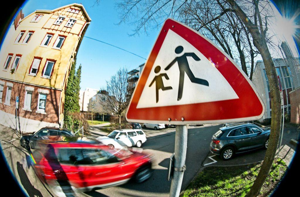 Neben den Warnschildern stehen jetzt überall in Esslingen  auch Tempo-30-Schilder vor den Schulen und Kindergärten. Doch die Autofahrer missachten die Schilder. Foto: Horst Rudel
