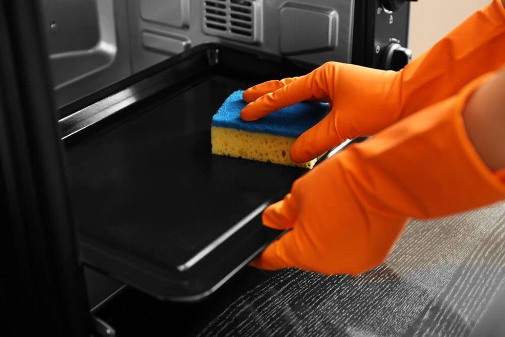 So wird das Backblech wieder sauber. Foto: Pixel-Shot / shutterstock.com