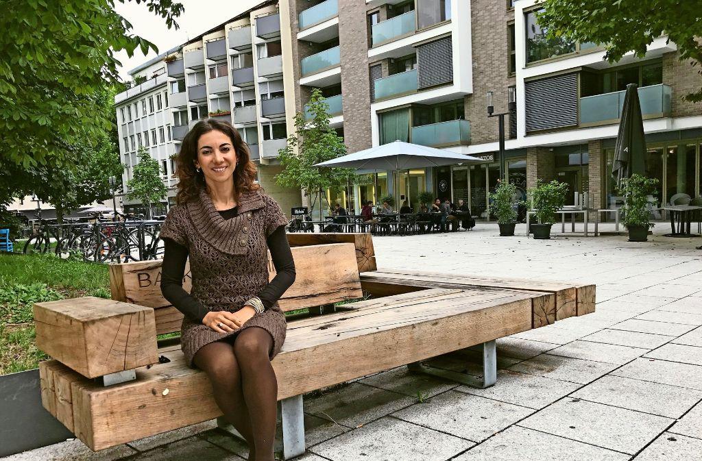 Silvia Korkmaz, Geschäftsführerin des Hospitalviertelvereins, mitten in ihrem Kiez Foto: Haar