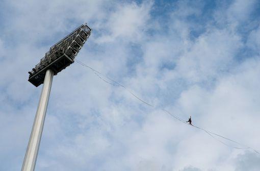 Extremsportler durchqueren Stadion auf Slackline in 60 Metern Höhe
