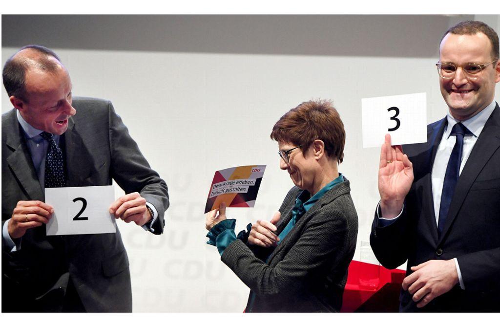 Lebhafter Auftakt des Dreikampfes um die CDU-Spitze: Bei der ersten Regionalkonferenz versuchen Annegret Kramp-Karrenbauer, Friedrich Merz und  Jens Spahn  zu punkten –  mit unterschiedlichem Stil, aber inhaltlich ähnlichen Positionen. Foto: dpa