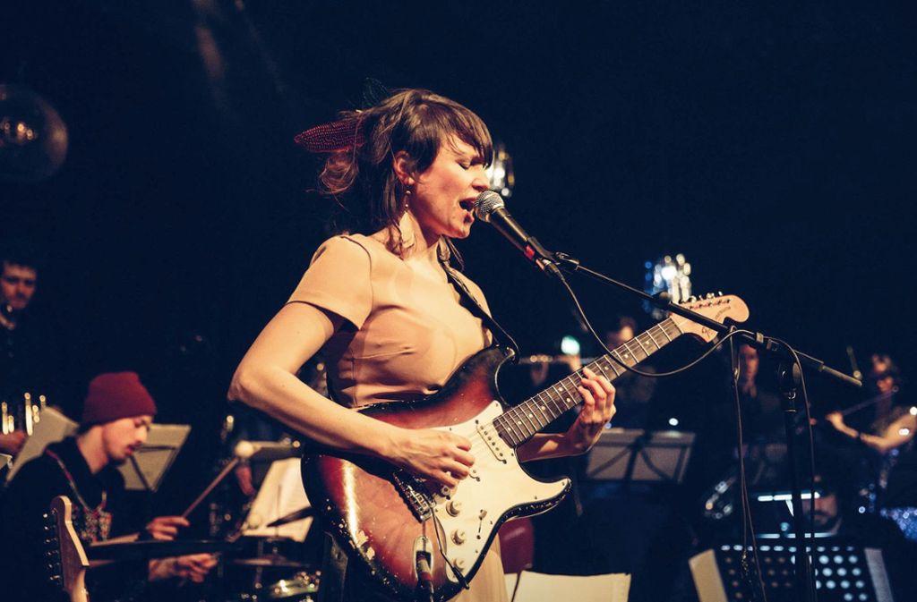 Sie leitet ihre eigene Bigband: Die Sängerin und Gitarristin Monika Roscher Foto: Theaterhaus