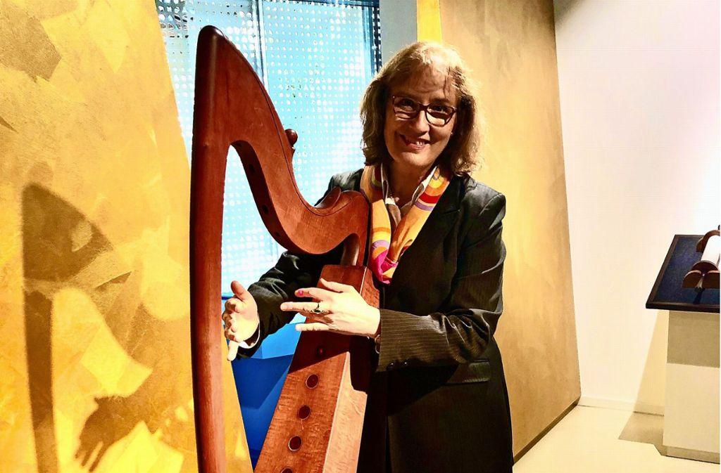 Museumschefin Stocker-Schwarz an der elektronischen Harfe Davids. Foto: Haar