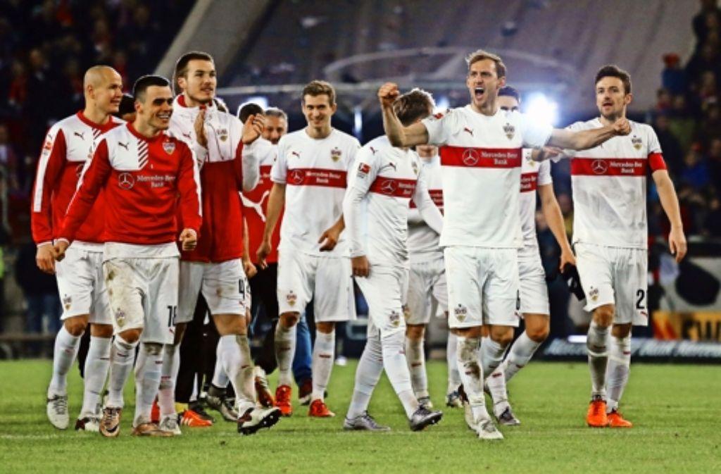 Zusammenhalt: die VfB-Spieler bedanken sich nach dem Sieg gegen Wolfsburg bei ihren Fans für die Unterstützung im Jahr 2015. Foto: Herbert Rudel