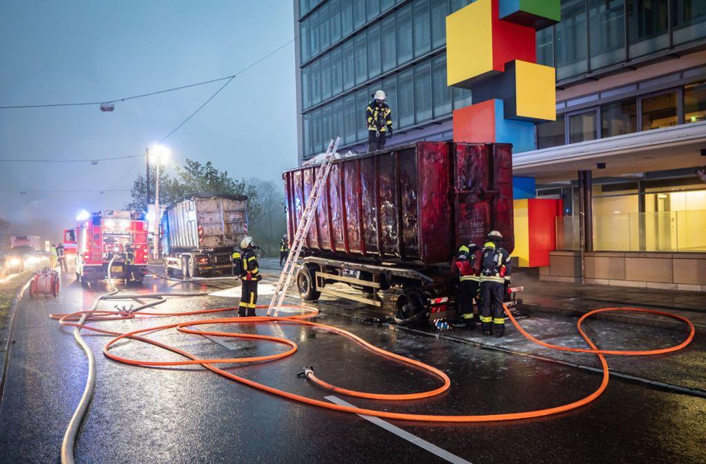 Am Dienstagmorgen hat ein Lkw-Anhänger auf der Oberen Weinsteige gebrannt. Foto: 7aktuell.de/Alexander Hald