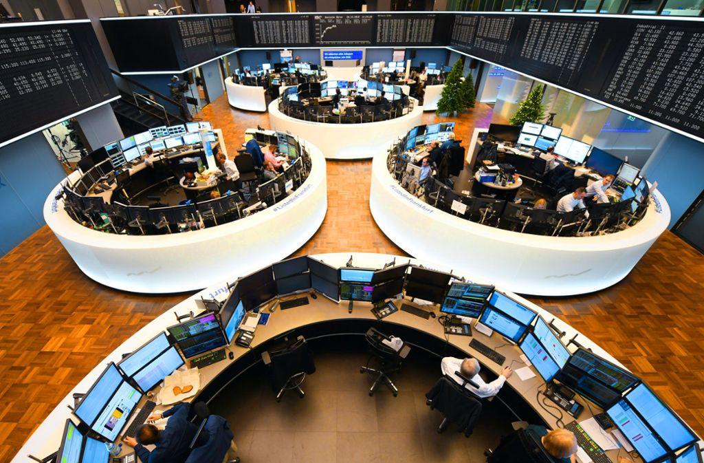 Wer sich für Aktien als Geldanlage entscheidet, sollte einen langen Atem  haben, raten  Experten. Das Bild  zeigt den Handelssaal an der Frankfurter Börse. Foto: dpa