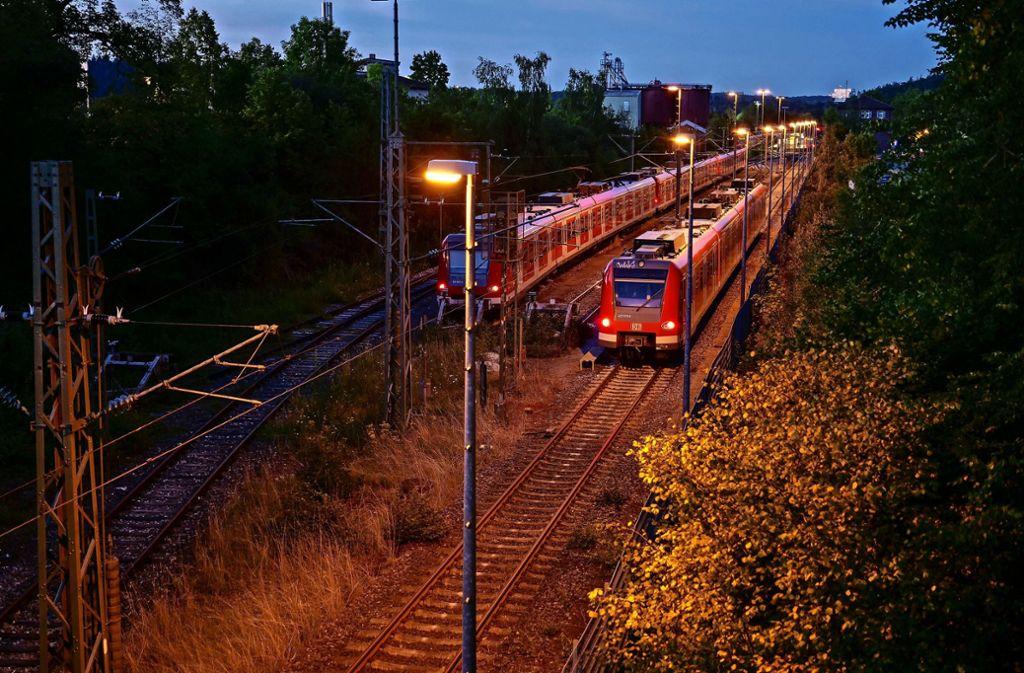 Tatort Bahnhof: Nachts machen sich dort Sprayer an den in Weil der Stadt  parkenden S-Bahnen zu schaffen. Foto: factum/